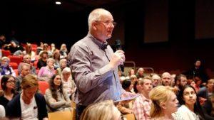 SPØRSMÅL: Mange ville stille spørsmål til panelet. Og noen av svarene ble møtt med applaus.